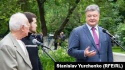 Петро Порошенко (п) на зустрічі Геннадієм Афанасьєвим і Юрієм Солошенком (л) у Києві після звільнення їх із російської в'язниці