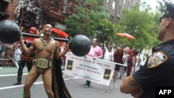 Гей-парадты полиция қызметкері бақылап тұр. Нью-Йорк, 26 маусым 2011 жыл