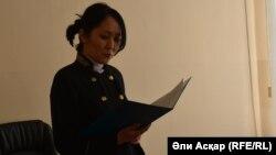 Судья Айдана Мамбетказиева оглашает решение по иску Алмата Ермагамбетова. Актобе, 14 февраля 2017 года.