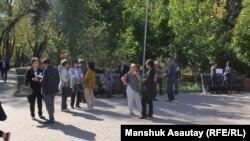 Жители Алматы в сквере напротив бывшего здания НКВД. Алматы, 3 октября 2018 года.