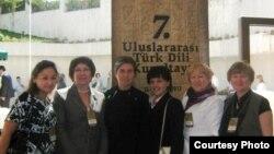 Роза Корбан (уртада) Татарстан галимнәре белән корылтай ачылышында