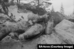 Замръзнал труп на съветски войник изоставен на фронта