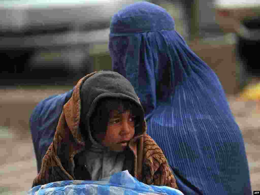 Женщина с дочкой просит подаяние. Мазари-Шариф, Афганистан.