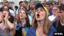 Путинге қарсы бейәдеп сөз айтып тұрған адамдар. Киев, 16 маусым 2014 жыл.