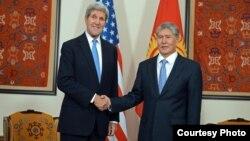 Кыргызстан президенти А.Атамбаев жана АКШ мамкатчысы Ж.Керри