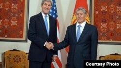 В ходе зарубежного турне глава Госдепартамента США Джон Керри провёл переговоры с президентом Киргизии Алмазбеком Атамбаевым