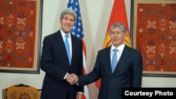 Қырғызстан президенті Алмазбек Атамбаев (оң жақта) пен АҚШ мемлекеттік хатшысы Джон Керри. Бішкек, 15 қазан 2015 жыл.