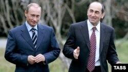 Russian President Vladimir Putin (L) and Armenian President Robert Kocharian walk at the Bocharov Ruchei residence, January 24, 2007.