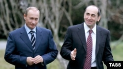 Russian President Vladimir Putin (L) and Armenian President Robert Kocharian walk at Bocharov Ruchei residence, January 24, 2007.