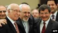 ظریف همراه داوود اغلو (اولی از راست) و سرتاج عزیز، وزیر خارجه پاکستان، در حاشیه نشست اکو