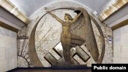 Колаж дизайнера Ольги Сало із заміною радянської символіки на нацистську (станція метро «Політехнічний інститут»). (Фото: Євген Нікіфоров)