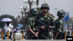 Kineske policijske snage raspoređene na Trgu Tjenamen na godišnjicu masovnih građanskih protesta koji su se dogodili 1989. Arhivska fotografija