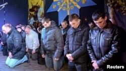 """Бойцы """"Беркута"""" на площади во Львове просят прощения"""