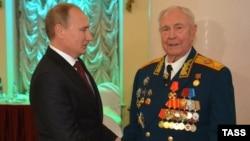Владимир Путин поздравляет Дмитрия Язова с 90-летием, Москва, ноябрь 2014 года (архивное фото)
