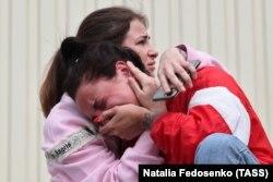 Родственники задержанных у стен изолятора временного содержания на улице Окрестина, Минск, 13 августа 2020 года