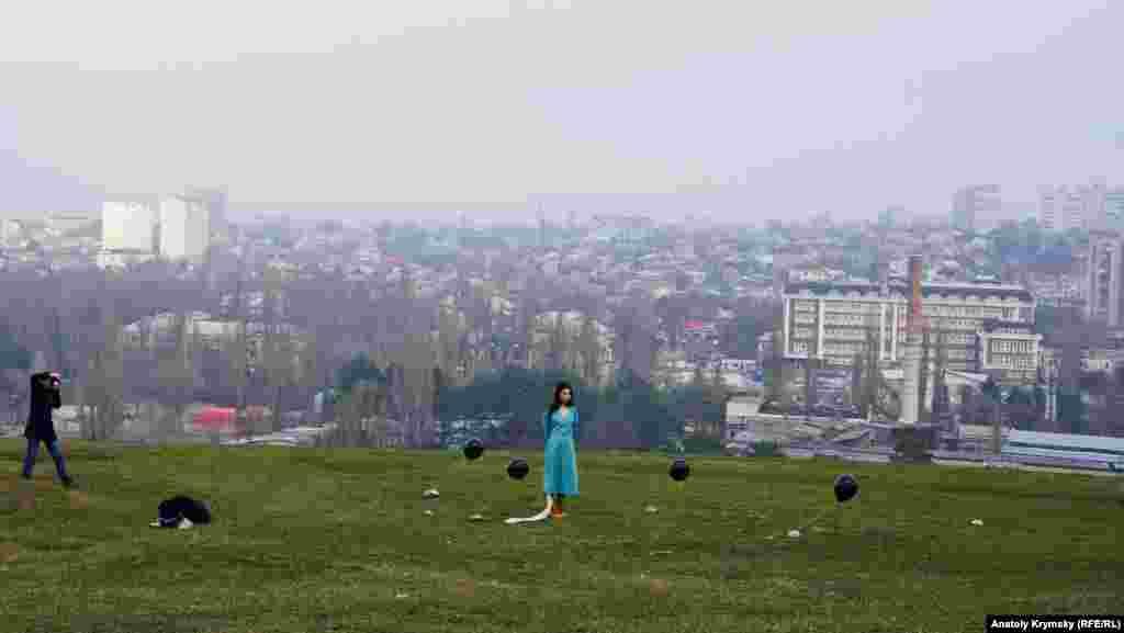 «Петровская» фотосессия с черными гелиевыми шарами. Через несколько минут один из них неожиданно для обеих девушек вырвется на «свободу» и резко устремится ввысь