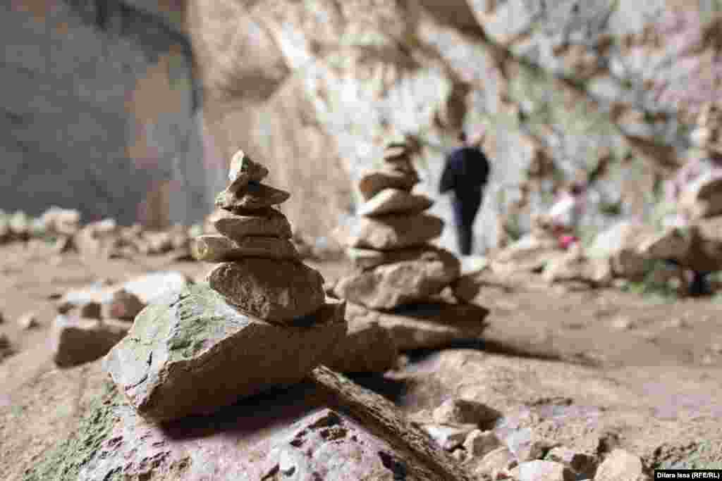 Приезжающие в пещеру складывают камни и загадывают желания.