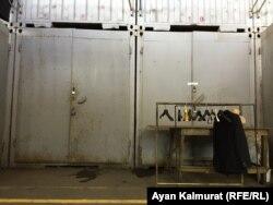 Закрытые контейнеры на алматинской барахолке.
