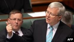 Австралия премьер-министрі Кевин Радд (оң жақта) парламентте сөйлеп тұр. Канберра, 27 маусым 2013 жыл. (Көрнекі сурет)