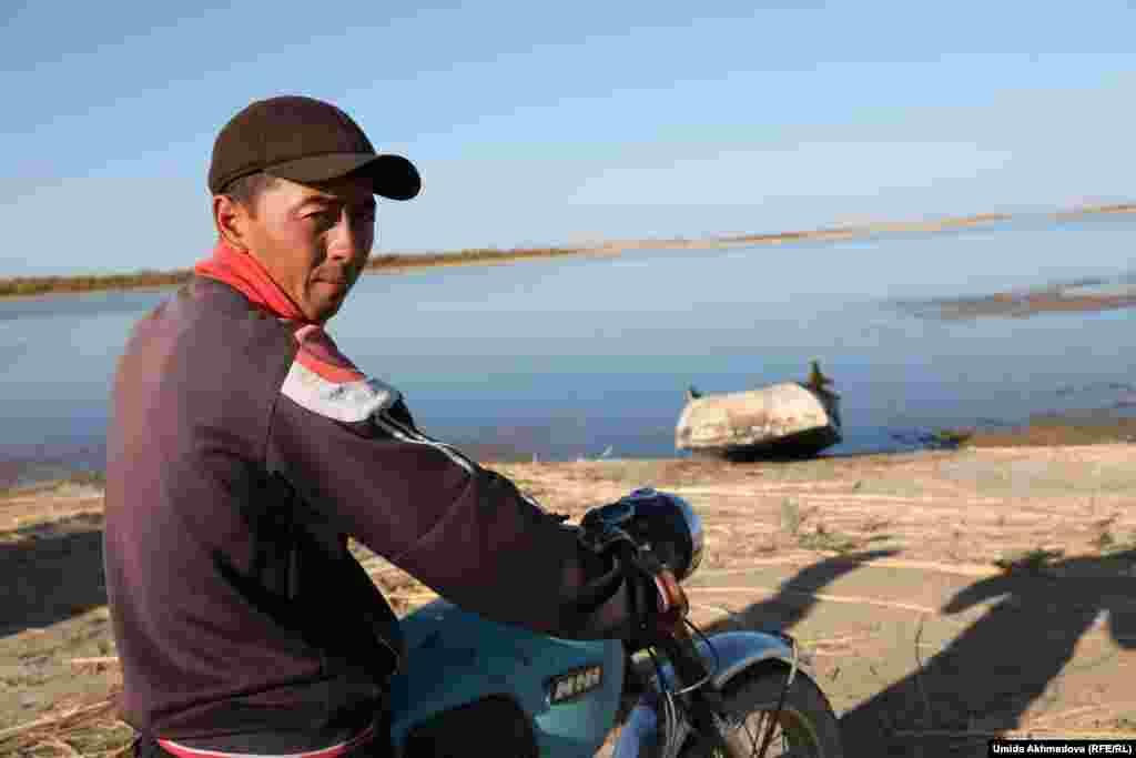 Село Атакорган находится в 10–12 километрах от озера Айдарколь (Айдаркуль).Озеро расположено прямо посередине Кызылкумов. Местное население называет водоем бирюзовым морем пустыни. На фото: Нуркен, житель Атакоргана, приехал на берег озера.