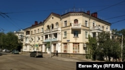 Трехэтажный дом на пересечении с улицей Надеждинцев построен в 1955 году
