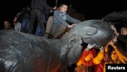Снесенный памятник Ленину в Харькове