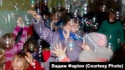 Свято у Кримському Луганської області, яке обстрілювали перед приїздом «Оленів святого Миколая» і одразу після. Фото Вадима Фаріона