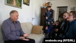 Белорусский оппозиционер Николай Статкевич дома после освобождения из СИЗО КНБ. Минск, 27 марта 2017 года.
