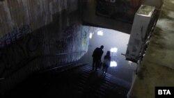 В понеделник вечер подлезът на НДК се оказа непреодолимо препятствие за столичани, след като беше наводнен от проливния дъжд, който се изсипа над столицата