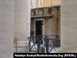 Вхід до душових кабін під колонами біля площі