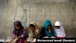 شماری دختران در حال خواندن قرآنکریم در یکی از مدارس افغانستان. May 28, 2018