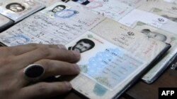 Удовстверение личности президента Ирана Махмуда Ахмадинежада, избирательный участок в Тегеране, 2 марта 2012 года