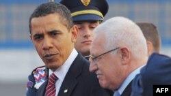 Аз чап -- Президент Обама мавриди истиқболи президенти Ҷумҳурии Чех, Ватслав Клаус қарор гирифт. Прага, 4 апрели соли 2009.