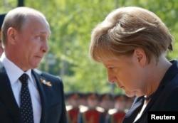 Владимир Путин и Ангела Меркель на мемориальной церемонии в Москве, 10 мая 2015 года