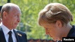 Vladimir Putin və Angela Merkel.