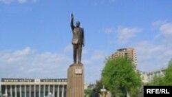 """""""Все тюльпаны вокруг памятника Гейдару Алиеву на Аллее почетного захоронения сорта """"Гейдар Алиев"""""""