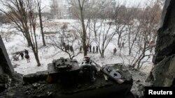 Іграшки біля вікна зруйнованої внаслідок бойових дій квартири. Донецьк. 9 грудня 2014 року