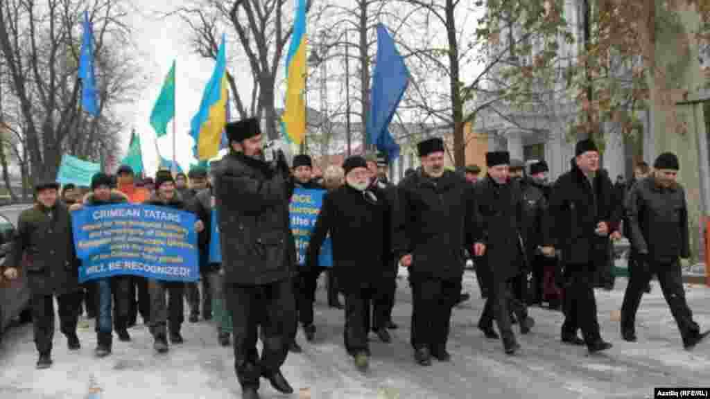 Митингта катнашучылар Акмәчет урамнары буйлап үзәк мәйданнан Кырым Югары Радасына кадәр йөреш оештырдылар