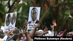 Участники протеста в Хараре несут портрет отстраненного вице-президента Эммерсона Мнангагвы