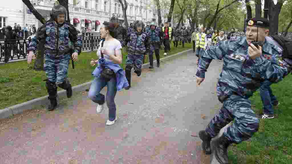 Russian riot police chase opposition supporters during an unsanctioned protest in Moscow against the rule of President Vladimir Putin. (Reuters/Denis Sinyakov)