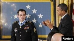 Presidenti amerikan Barack Obama ne ceremoninë e dekorimit të rreshterit Clinton Romesha