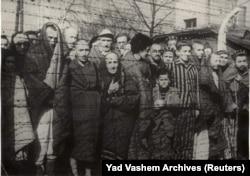 Освенцимде жаңыдан боштондукка чыккан абактагылар. 1945. Reuters.