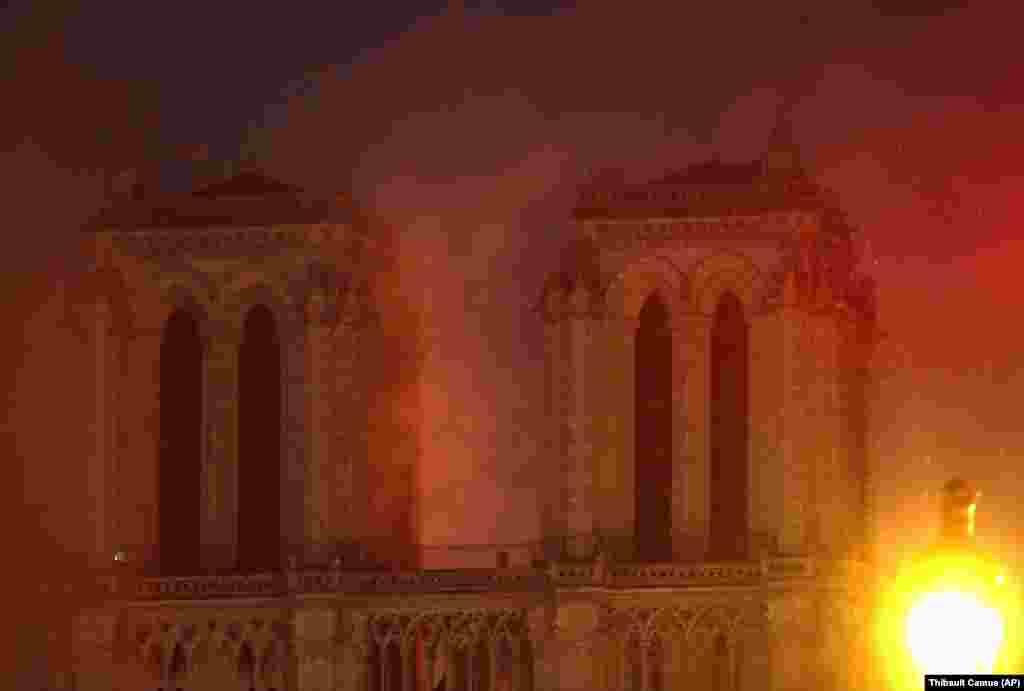 آتشسوزی در کلیسای نوتردام در غروب روز دوشنبه ۲۶ فروردین آغاز شد. واقعهای که خیلی زود جای خود را در صدر خبرهای رسانههای جهانی پیدا کرد. تصور میرود آغاز حریق به طرح گسترده مرمت آن مربوط میشود.