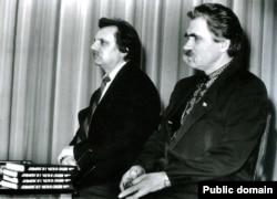 Микола Горбаль (ліворуч) та Левко Лук'яненко та під час презентації книги Лук'яненка «Вірую в Бога і в Україну». Київ, 1991 рік