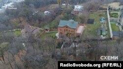 Будинок Горащенкова не вдалось тоді знайти в реєстрах нерухомості, натомість вранці можна було побачити, як чиновник виїжджає з нього на роботу
