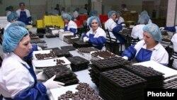 Илустрација, работници во фабрика за чоколада