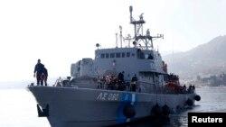 Корабль греческой береговой охраны с беженцами на борту после спасательной операции приближается к острову Лесбос, 8 февраля 2016 года