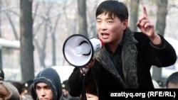 Гражданский активист Саламат Омашев на митинге. Алматы, 25 февраля 2012 года.