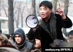 Гражданский активист Саламат Омашев выступает на митинге. Алматы, 25 февраля 2012 года.
