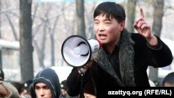 Гражданский активист Саламат Омаш на митинге. Алматы, 25 февраля 2012 года.